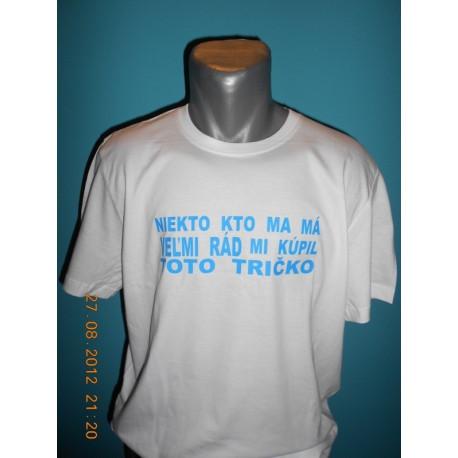 Tričká s nápismi - Niekto kto ma má veľmi rád mi kúpil toto tričko